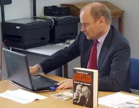 Лекцию читает Даниэль Кёрфер.