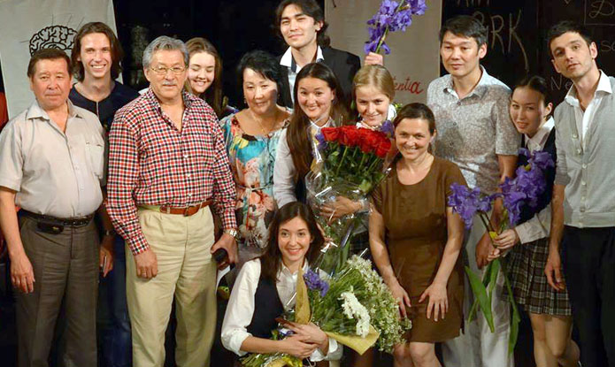 Наташа Дубс с выпускниками.