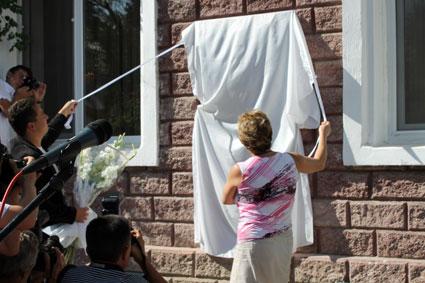 Открытие мемориальной доски памяти Анны Герман на гостинице «Жамбыл».