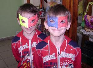 Младшие воспитанники делали своими руками разноцветные бумажные маски.