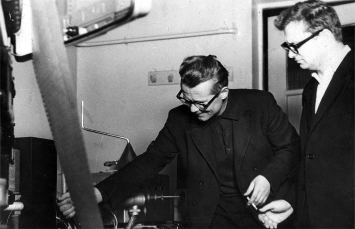 С руководителем лаборатории Института химических наук профессором О.В.Агашкиным у масс-спектрометра. Начало 80-х годов.