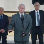 Анатолий Иванович Купчишин (в центре) делится своими воспоминаниями.