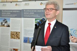 Чрезвычайный и Полномочный Посол ФРГ в РК Рольф Мафаэль на открытии выставки.