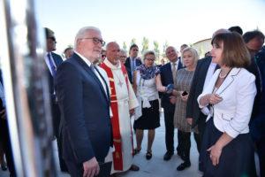 Ольга Штейн, координатор BiZ-Караганда, приветствовала Президента Германии с супругой, сделав краткий доклад, отражающий основные исторические и культурные вехи, связанные с жизнью казахстанских немцев.