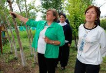 Татьяна Немцан из Центра зеленых технологий в селе Арнасай встречает участников семинара по использованию зеленых технологий. Арнасай, 13 апреля 2017 г.