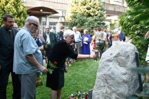 Традиционное возложение цветов к памятному камню.