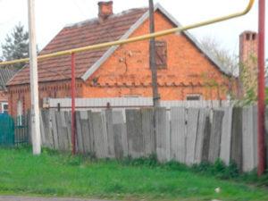 Дома из красного кирпича, изготавливавшегося на кирпичном заводе поселка.