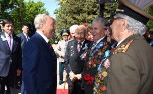 По завершении церемонии состоялось неформальное общение Главы государства с ветеранами Великой Отечественной войны и тружениками тыла