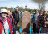 Неравнодушные карагндинцы на церемонии открытия памятного надгробия.