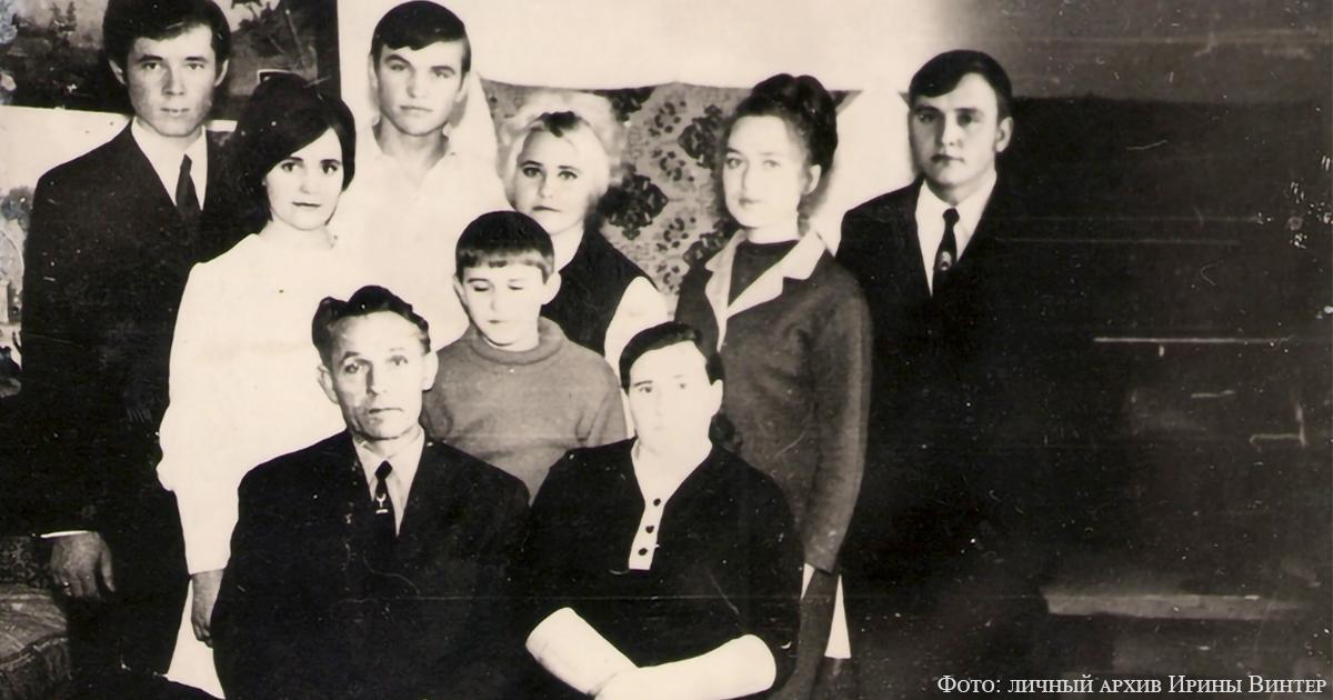 Родители Александр Петрович и Агата Емельяновна Винтер с детьми, зятем и снохой, 1971 г.