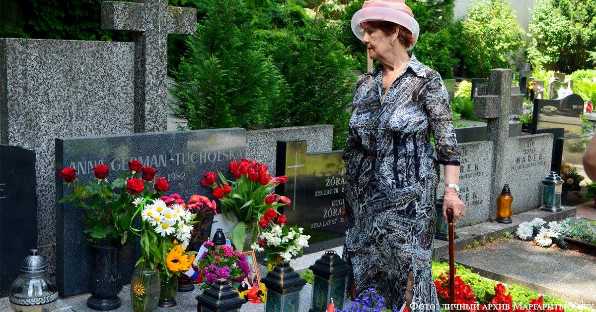 На могиле Анны Герман в Варшаве