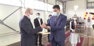 Сегодня семья Рау подарила родной валерьяновской школе, где учился депутат, спортзал.
