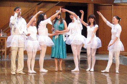 Die Königin am Fenster. Die weißen Ballerinas sind die Schneeflocken, die das Fenster darstellen.