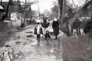 Die kleine Larissa (m.) geht der Straße Ivanilowa spazieren. | Bild: Larissa Mass