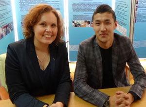 Dr. Katharina Buck gemeinsam mit ihrem DaF-Studenten Madijar Tarybai, Gewinner  des DAAD-Märchen-Schreibwettbewerbs, 2014