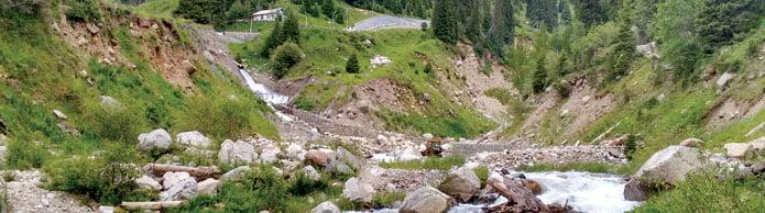 Die Malaja Almatynka in ihrem natürlichen Bett oberhalb von Medeo.