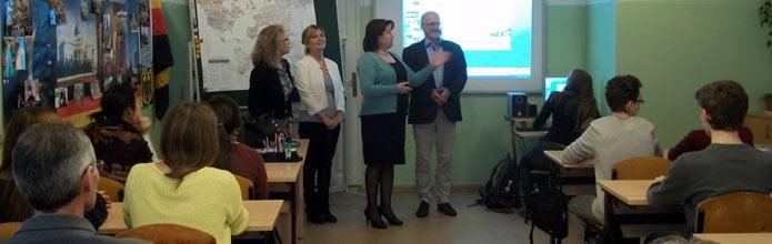 Der Leiter des Studienkollegs die Direktorin und Lehrerinnen der Schule informieren über Studienmöglichkeiten in Deutschland.