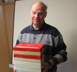 Schatzhüter: Wolfram Krause mit Fotoboxen in seinem Haus in Görlitz
