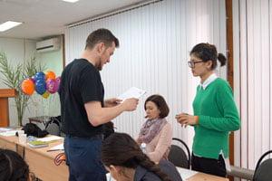 Robert Prosser bei der Arbeit mit Seminarteilnehmerinnen