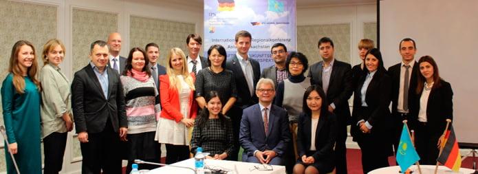 Konferenzteilnehmer mit Botschafter Rolf Mafael. | Bild: Autorin