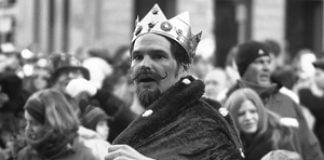 Ein Narrenkönig in der Karnevalmenge. | Bild: flickr