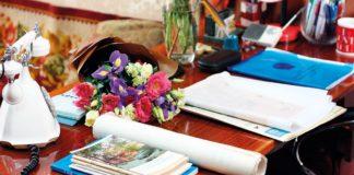 Nachgestellt: Der Tisch eines arbeitsamen Autors. | Foto: Till Eichenauer