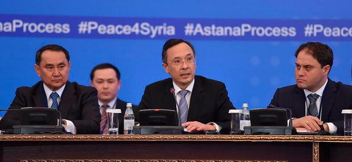 Kasachstans Außenminister Kairat Abdrakhmonov (m.) eröffnet die Friedensgespräche in Astana und trägt die Ansprache des kasachischen Präsidenten Nursultan Nasarbajew vor. | Bild: mfa.gov.kz