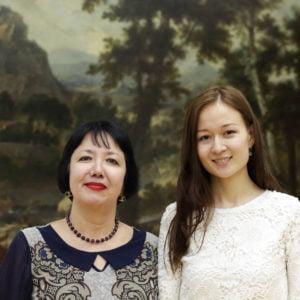 Clara Kamilovna Isabaeva (l.) begrüßt Meruert Tulenowa (r.) im Staatlichen Kastejew-Museum.