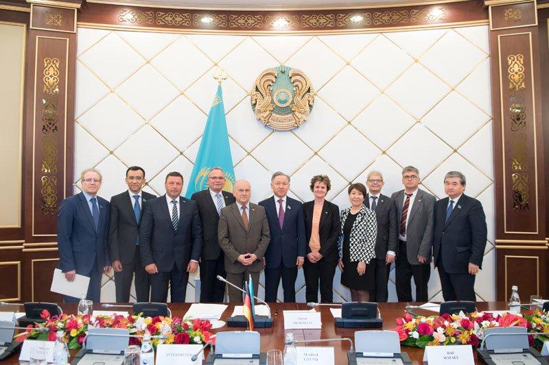 Auf dem Programm der Parlamentariergruppe stand auch der Besuch des Mäschilis. Vorsitzender Nurlan Nugmatulin empfängt die Delegation.