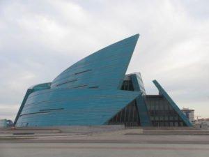 """Als """"Kohlkopf"""" bezeichnetes Konzerthaus aus der Feder des Architekten Manfredi Nicoletti"""