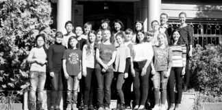 Die Teilnehmer des Projektes Junge Redakteurevor dem Deutschen Haus in Almaty.