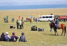 Mit der Marschrutka bis an den Strand (Issyk-Kul, Kirgisistan).