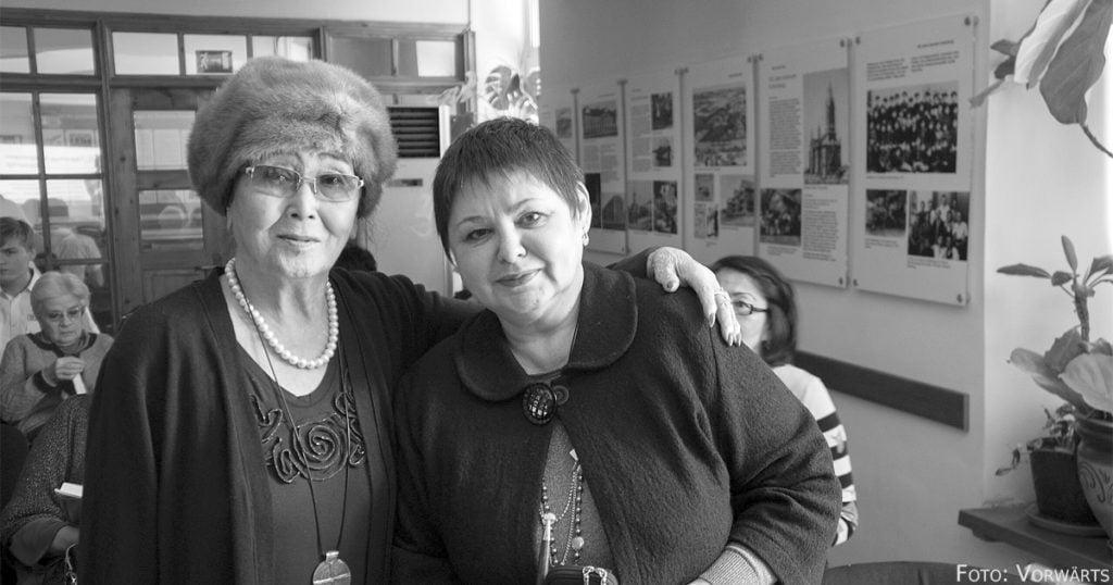 Die Poetin und langjährige Freundin Belgers Naziken Alpamyskyzy mit dessen Tochter Irina (r.)