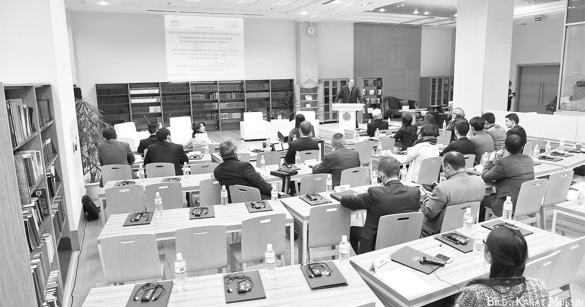 Teilnehmer des Seminars Analyse der Verfassungsgeschichte für eine sichere Gegenwart. Bild: Kanat Mussin