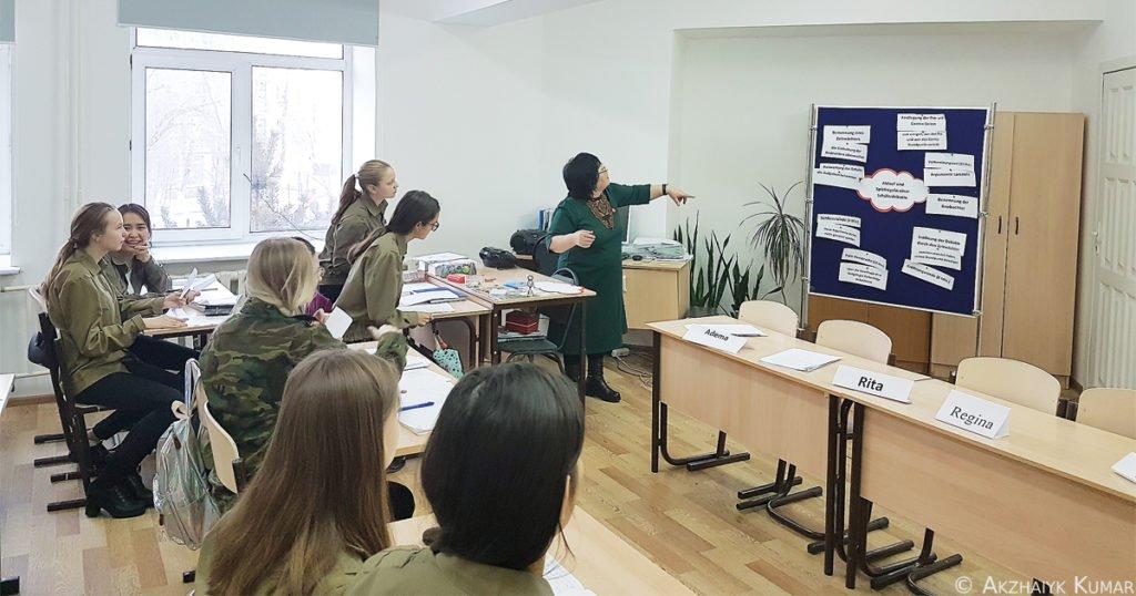 "Unterricht in der Klasse 10b: ""Debattieren""."