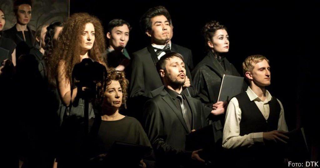 Der Chor posiert für das Foto.