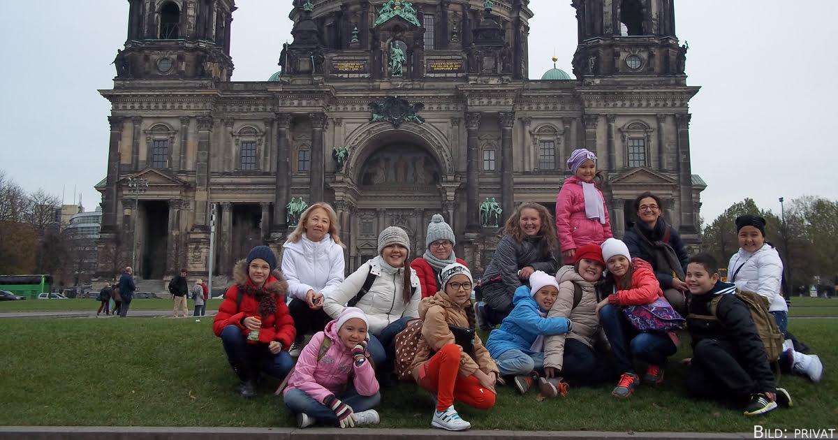 Ulzhan Rakmedyanova (2.v.l.) mit ihren Schülern in Berlin.
