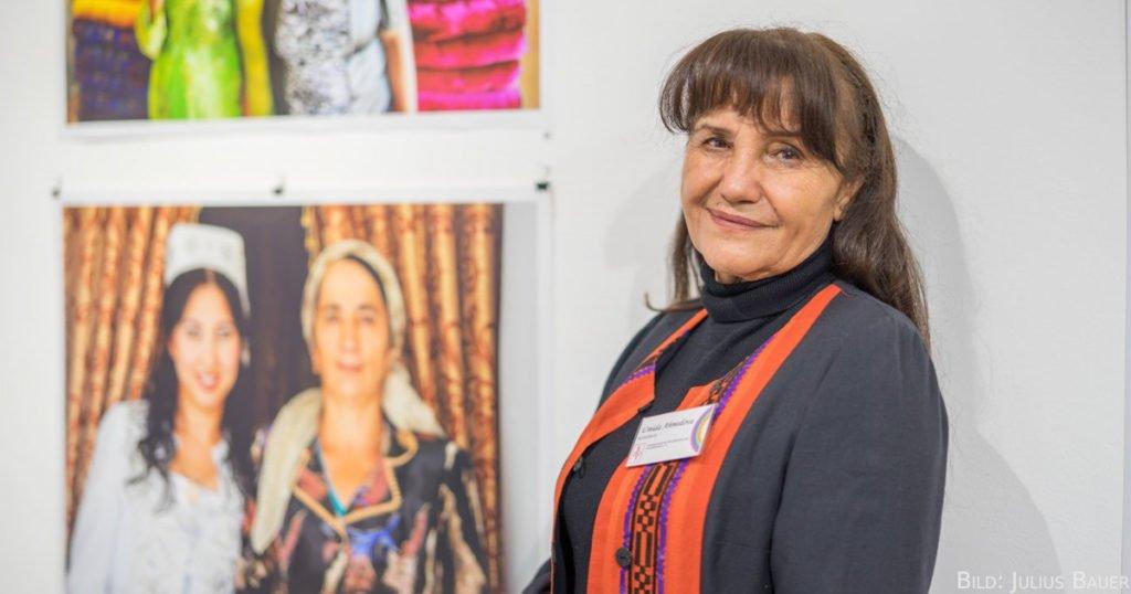 Umida Achmedowa war die erste Kamerafrau Usbekistans. Damals revolutionär! Heute macht sie mit ihren gesellschaftskritischen Fotografien von sich reden.