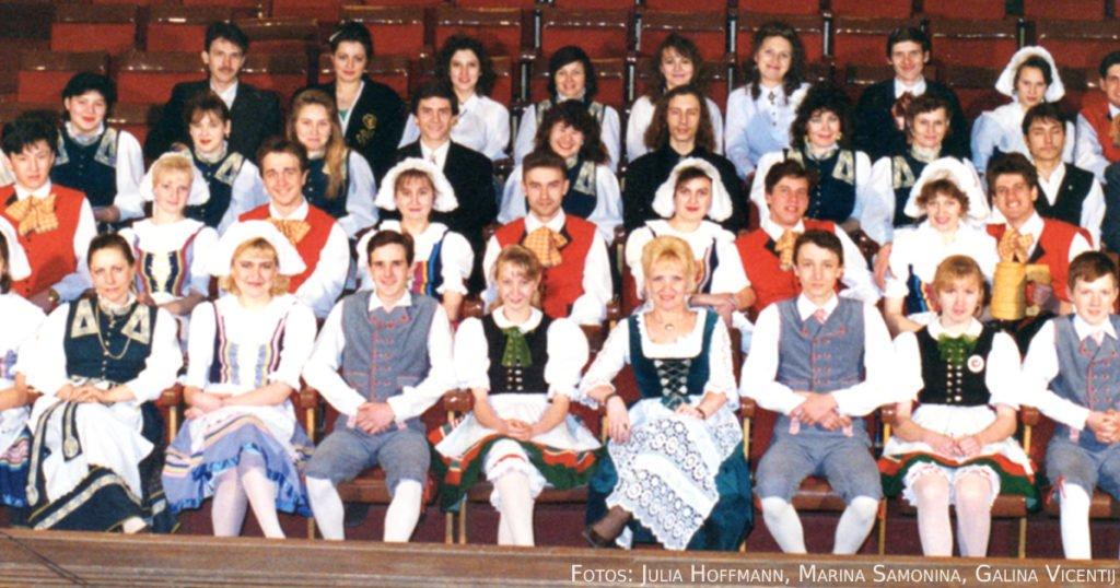"""Teilnehmer der Kulturgruppen """"Blumengruß"""" und """"Volksquelle"""" 1994."""