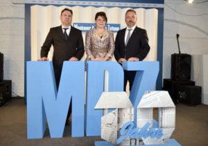 Bernd Fabritius (r.) mit Olga Martens beim 20. Geburtstag der MDZ.