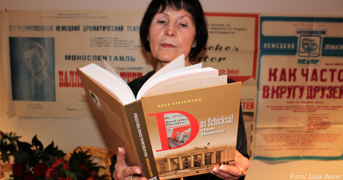 Rose Steinmark mit ihrem Buch.