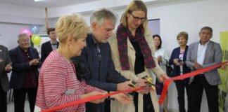 Eva Schmitt, Alexander Göttmann und Bibigul Nussipschanowa (v.r.n.l) durchschneiden das rote Band.