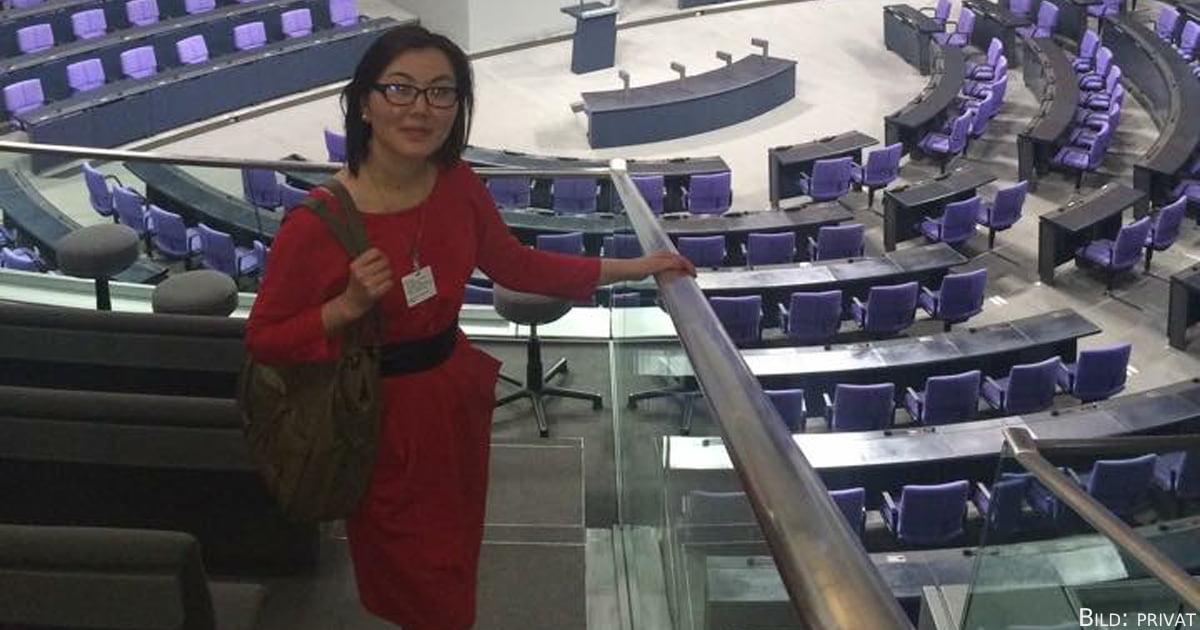 Altyn Kenzhegalyeva im Plenarsaal.