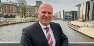 Hartmut Koschyk vor dem Reichstagsgebäude in Berlin. Er gehörte dem Deutschen Bundestag von 1990 bis 2017 an und bekleidete wichtige Funktionen in Parlament und Regierung.