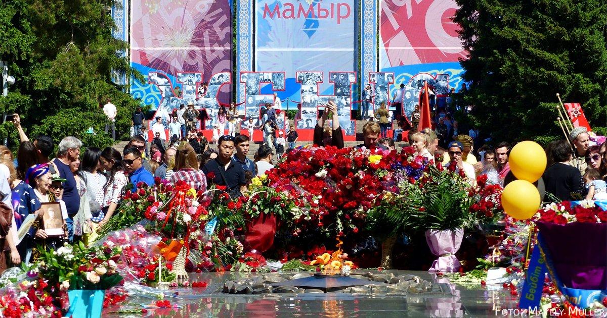 """Am 9. Mai begingen die Almatiner gemeinsam den Tag des Sieges über den Faschismus. Gefallenen Soldaten zu Ehren ist das Blumenmeer um das """"ewige Feuer"""" gewidmet."""