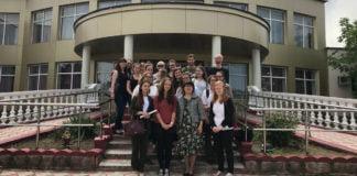 Die Rostocker Studierenden vor der Sonderschule Nr. 2 in Almaty.