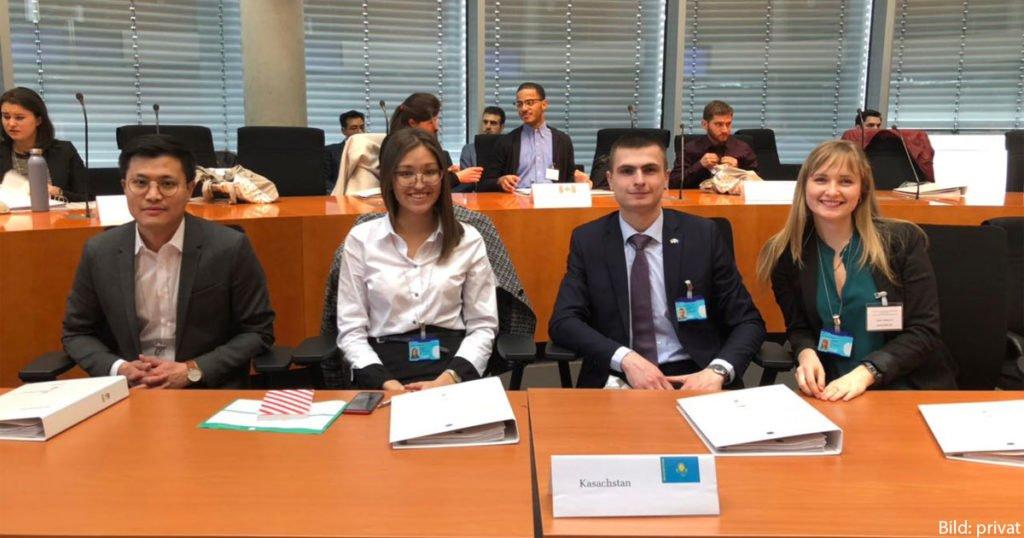Filipp Semyonov mit den anderen IPS-Stipendiaten aus Kasachstan