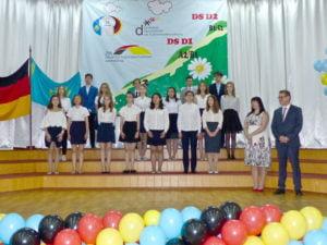 Diplomanden bei ihrer DSD-Zertifikatsübergabe in der 18. Schule in Almaty im Mai 2018.