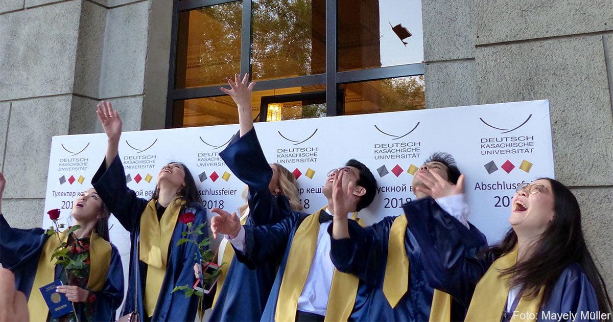 Zum Abschluss werfen die Graduierten ihre Hüte in die Luft.