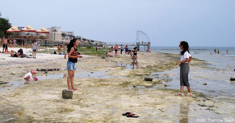 Badegäste am Strand. Insgesamt leben in Mangystau 660.000 Menschen auf einer Fläche von 165 642 км². Das sind gerade einmal vier Einwohner je km².